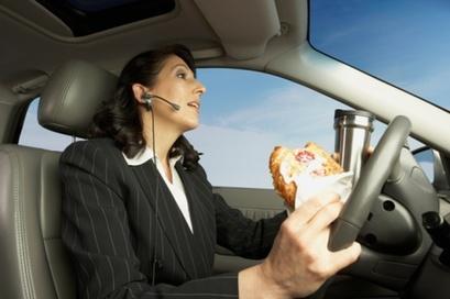上班族急忙在车内吃早餐危害